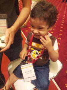 يوسف محمد عبدالمنعم برفقة والده في أحد معارض الألعاب